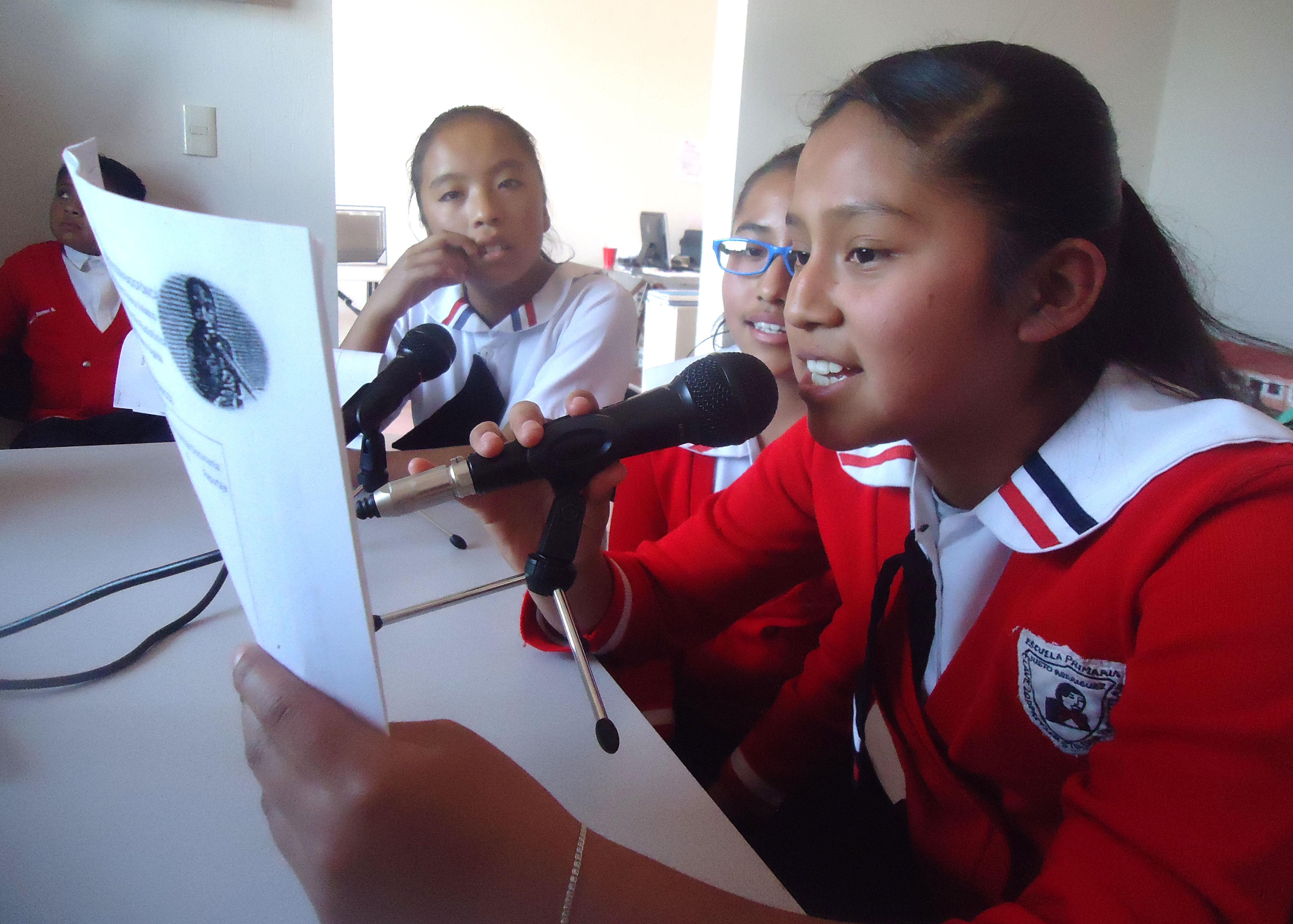 """Taller de producción radiofónica en la Escuela Primaria """"Justo Rodríguez"""" de Yanhuitlán."""