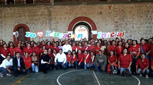 Entrega de material educativo en la región de la Mixteca.
